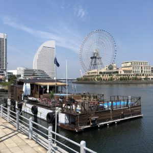 横浜港ボートパーク【ヘミングウェイヨコハマ 】海に浮かぶカフェバーは外の席ペット可